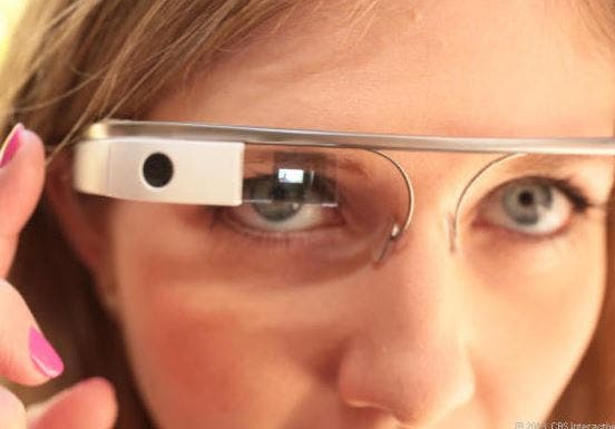 Eine Frau trägt Google Glass
