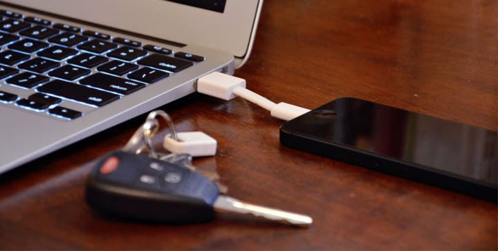 Das Apple Lightning Nomad Kabel angeschlossen an einem iPhone und einem MacBook.
