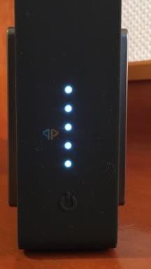 Der Power-Button und die Ladestandsanzeige des Bowers & Wilkins T7
