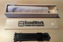 Verpackungsinhalt der Bandwerk-Armbänder inkl. schwarzem Lederarmband