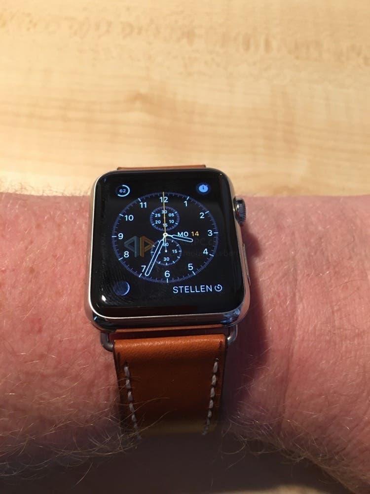 Apple Watch mit hellbraunem Lederarmband der Firma Bandwerk