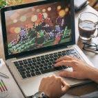 Mensch ruft auf Laptop ein Online-Casino auf
