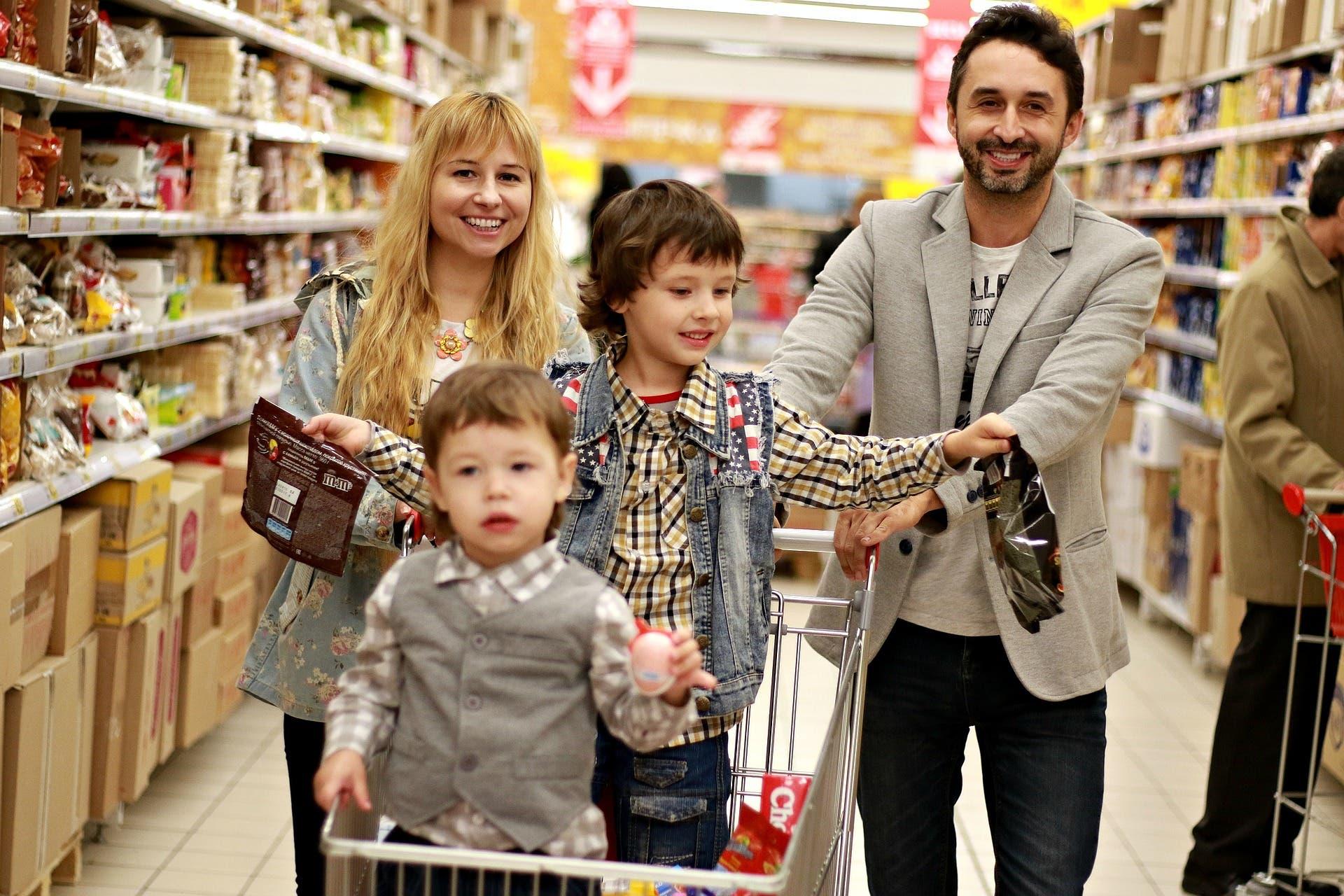 Familie kauft am Black Friday ein