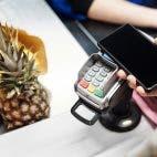 Smartphone am POS zum Bezahlen. Handy, Bezahl-Terminal und Ananas im Bild. Foto von Jack Sparrow von Pexels